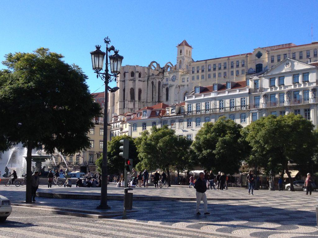 Rossio Platz in Lissabon, im Hintergrund Convento do Carmo, das ehemalige, zerstörte Kloster