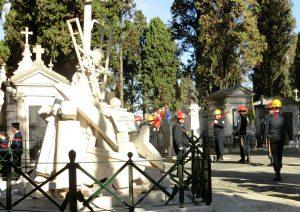 Feuerwehrdenkmal und Feuerwehrleute auf dem Cemitério dos Prazeres