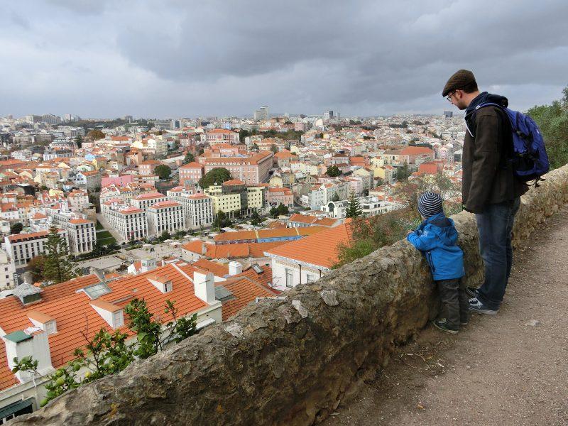 Karl und Sebastian beim Blick über Lissabon