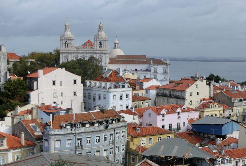Blick über das Alfama Viertel mit der Kirche von São Vicente