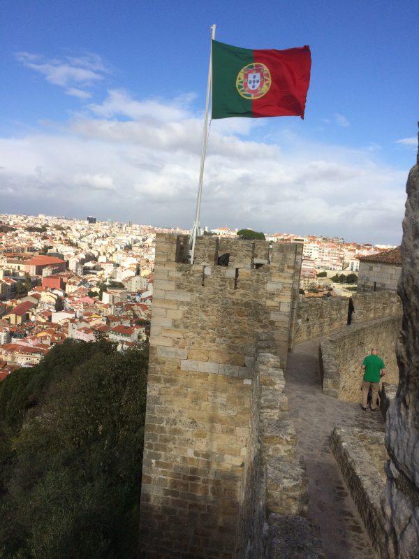 Portugisische Flagge auf der Mauer des Castelo de São Jorge