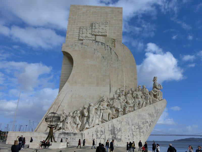Das Denkmal der Entdeckungen (Padrao dos Descobrimentos) liegt sehr sehenswert direkt am Fluss Tejo.