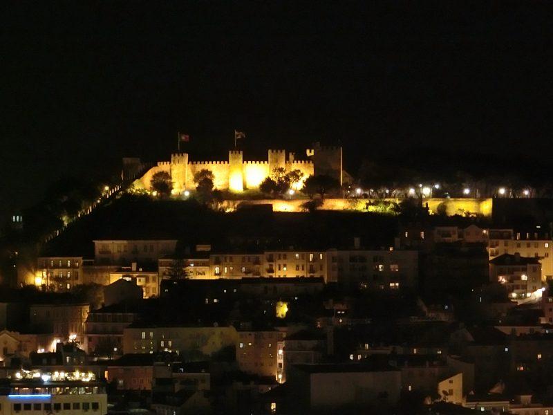 Aussicht auf das Castelo de Sao Jorge bei Nacht