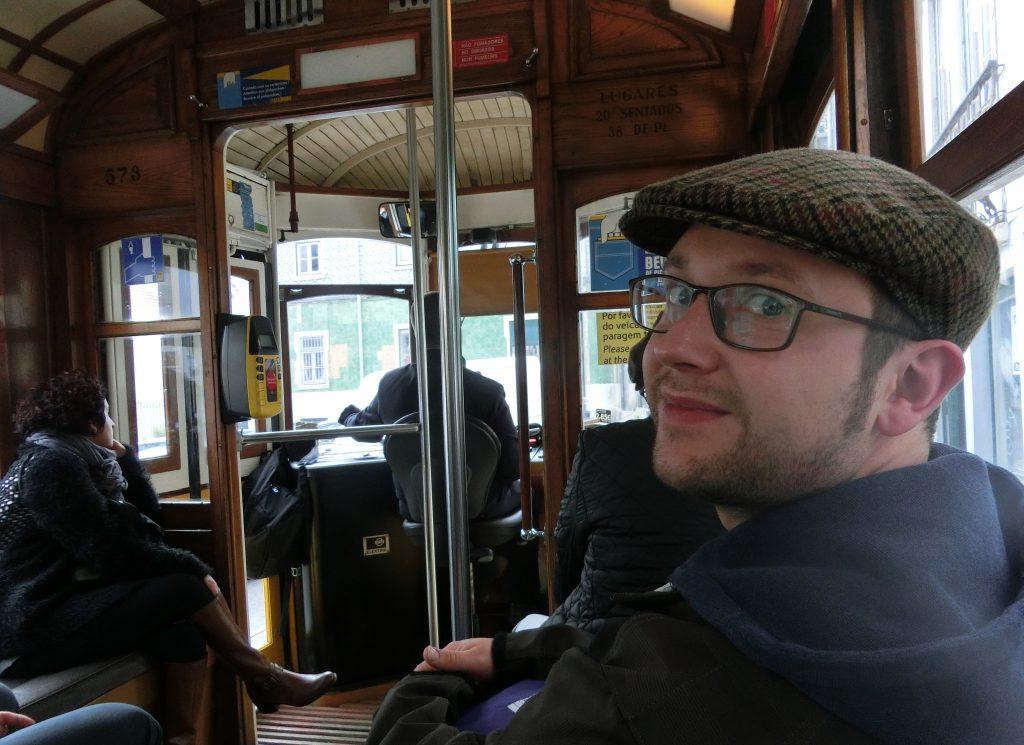 Sebastian in der Linie 28 Straßenbahn Lissabon