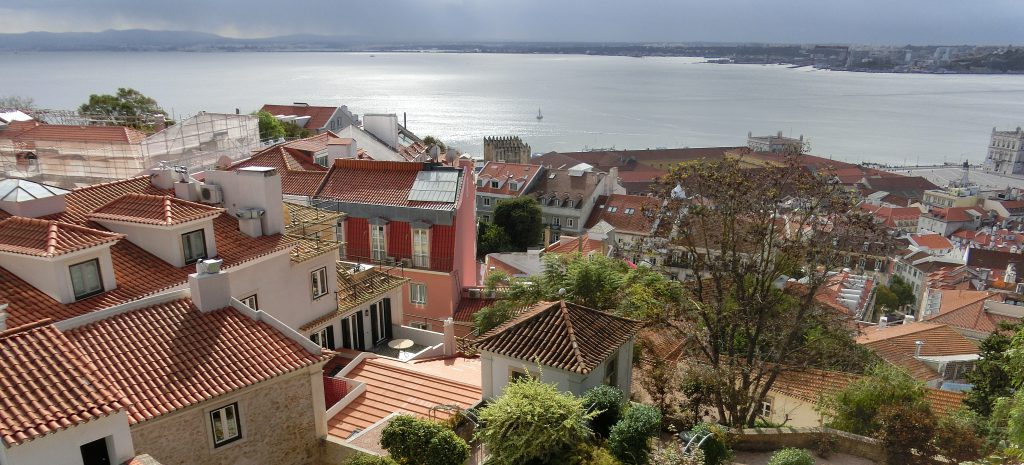 Aussicht vom Castelo de Sao Jorge auf Lissabon und den Rio Tajo.