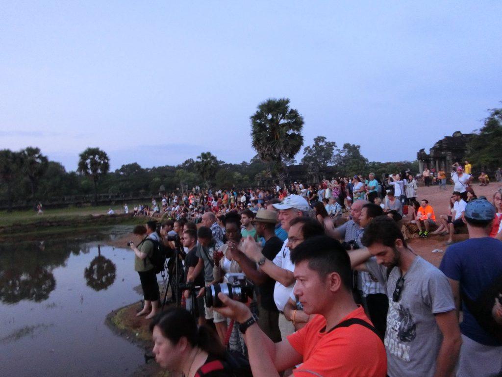 Menschenmassen warten auf den Sonnenaufgang bei Angkor