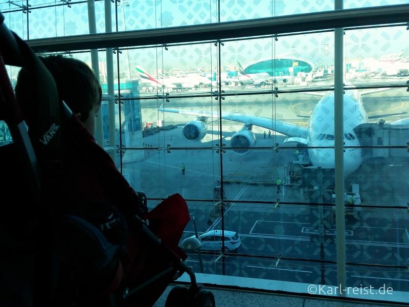 Karl wartet auf den Weiterflug nach Bangkok in Dubai.