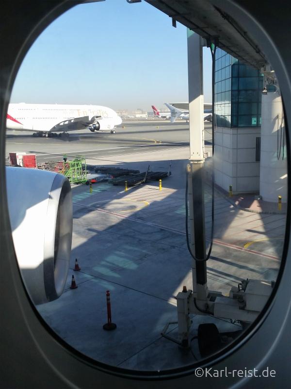 Blick aus dem Flugzeugfenster mit Emirates