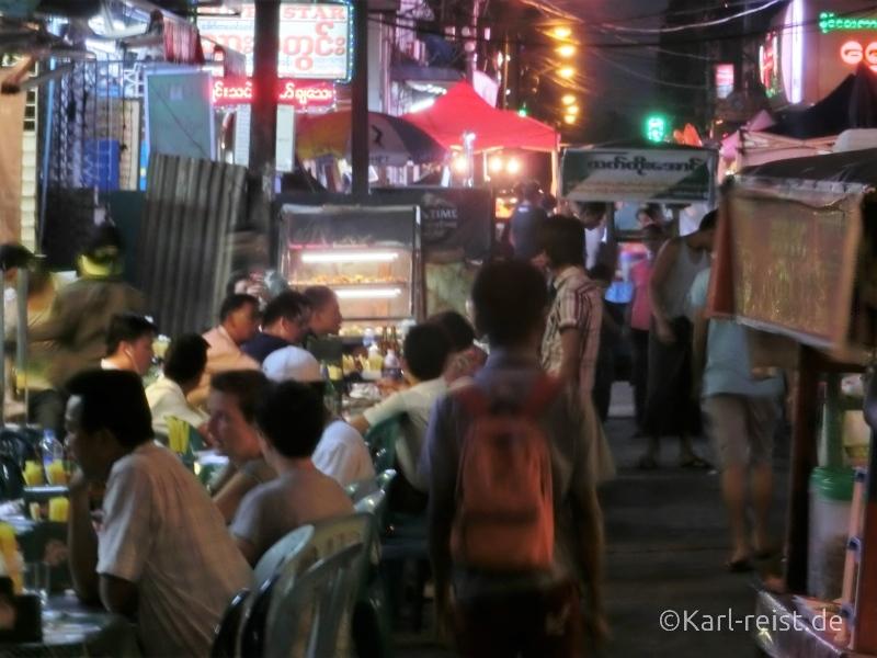 Da spielt das Leben in der 19th Street. Grillrestaurants und Barbecue soweit das Auge reicht.