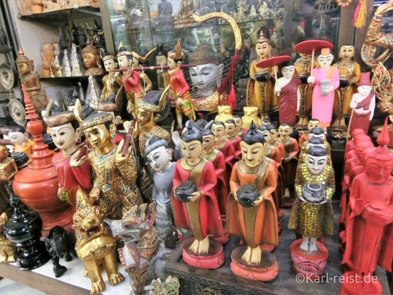 Geschnitzte Figuren auf dem Bogyoke Aung San Market