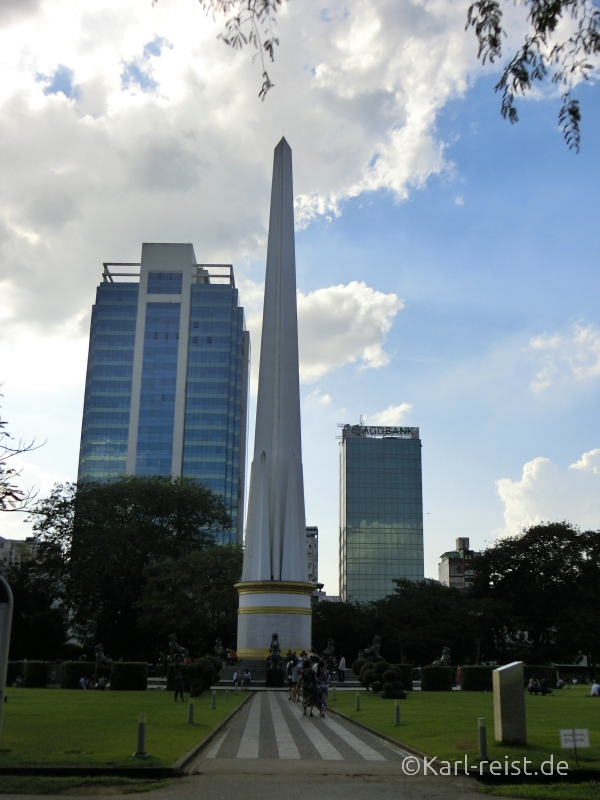 Das Independence Monument steht mitten im Maha Bandula Park.
