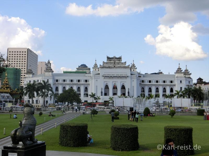 Die City Hall von Yangon steht direkt neben der Sule Pagode.