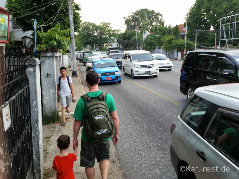 Straße mit Autos in Yangon