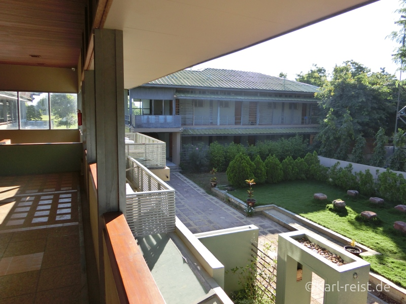 Blick aus dem offenen Treppenhaus nach hinten in den Garten.