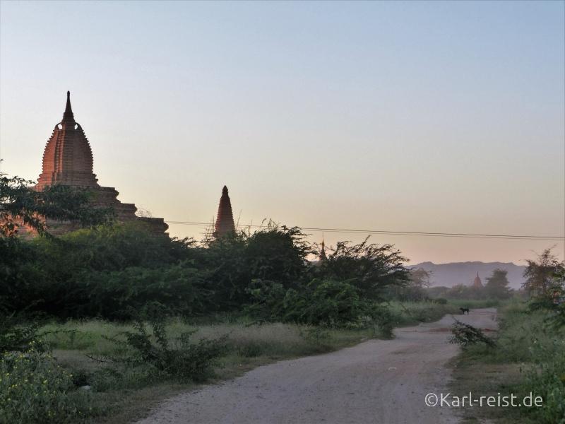 Sandweg zu den Tempeln beim Kumudura Hotel