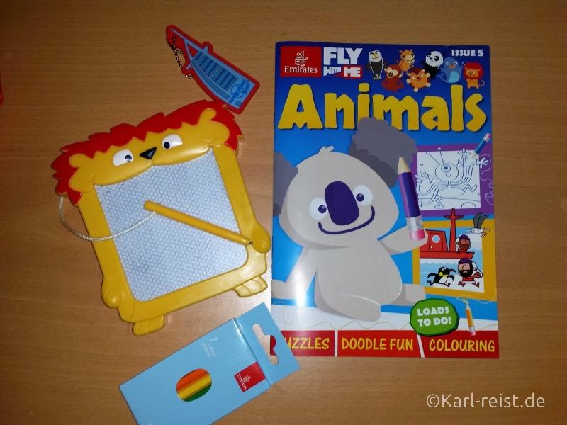 Magnetmaltafel, Zeitschrift mit Spielen, Geschichten und Ausmalbildern und natürlich Buntstifte. Das wurde Karl auf jedem Flug angeboten.