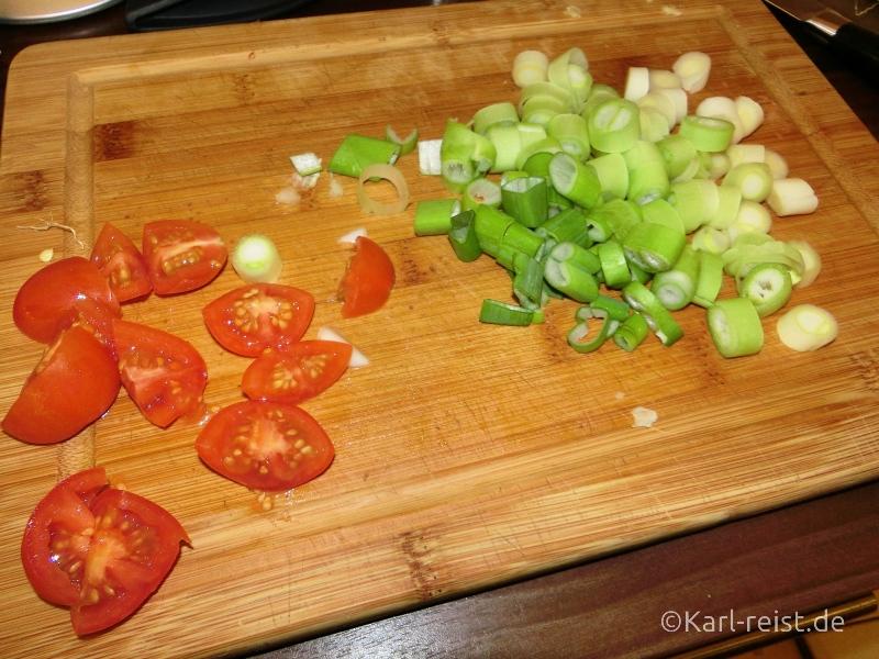Tomaten und Frühlingszwiebeln klein geschnitten