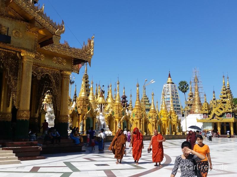 Shwedagon Pagode Mönche größerer Bildausschnitt