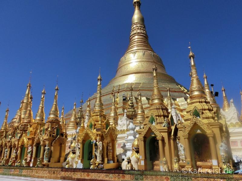Die mächtige, goldene Shwedagon Pagode überstrahlt die gesamte Terrasse.