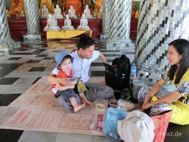 Karl picknickt mit den Englischlehrern in der Shwedagon Pagode