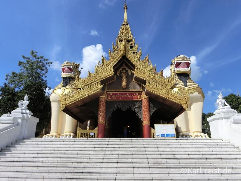 Haupteingang der Shwedagon Pagode mit den Tempelwächtern.