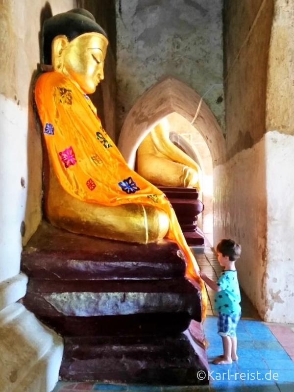Karl bestaunt Buddha Figur