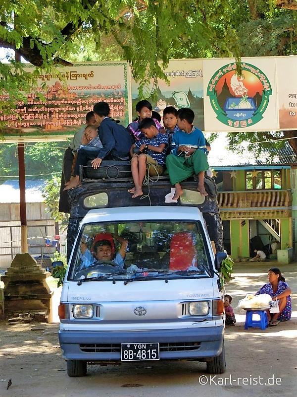 Schulbus in Nyaung-U.