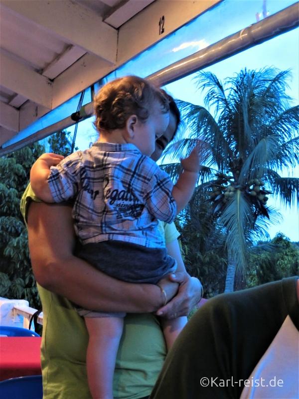Kellner mit Kind Thailand