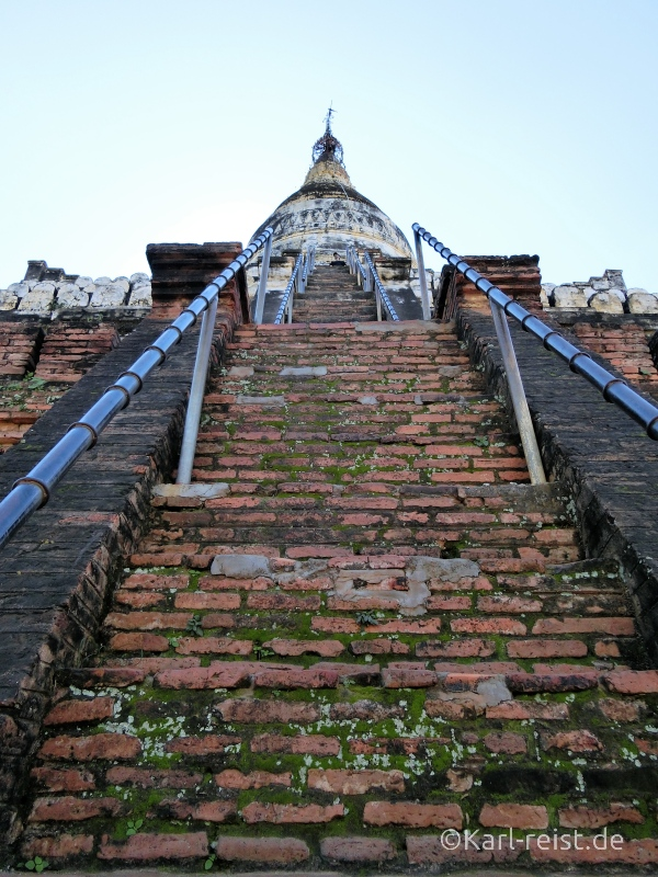 Blick die Treppen der Shwesandaw Pagode hinauf