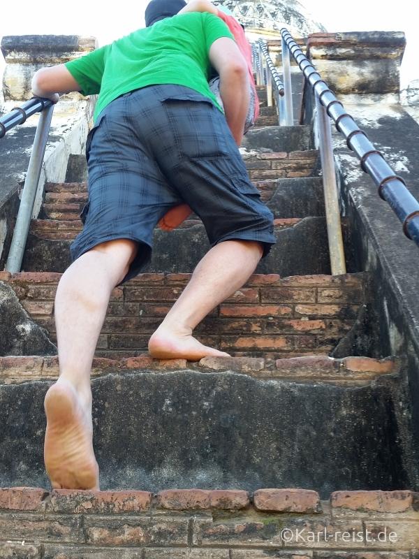 Sehr hohe und steile Treppen auf die Shwesandaw Pagode