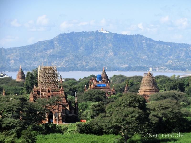 Blick von der Shwesandaw Pagode Richtung Westen mit der Tant kyi Taung Pagode auf dem Berg im Hintergrund