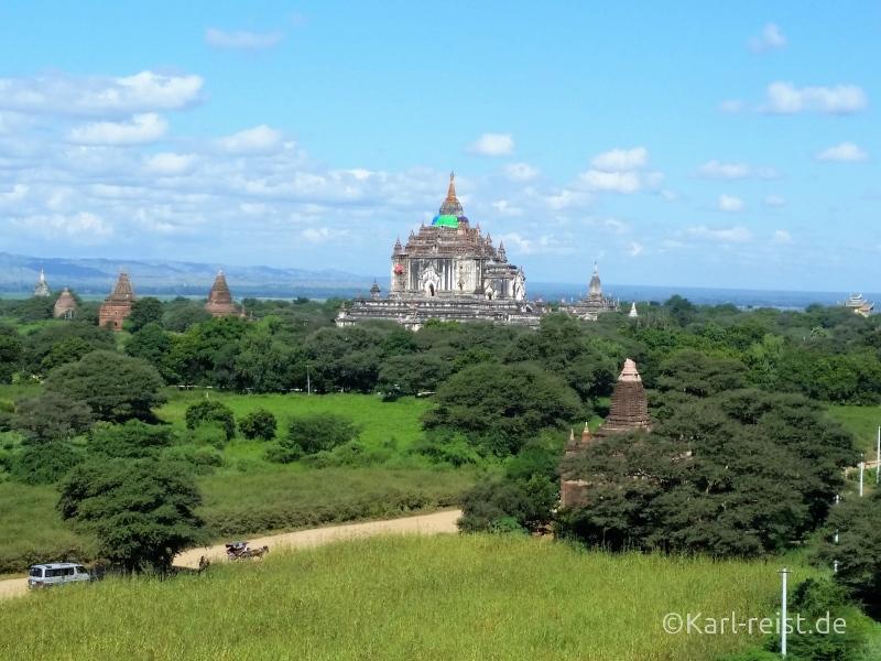 Blick von der Shwesandaw Pagode in Richtung That Bin Nyu Tempel