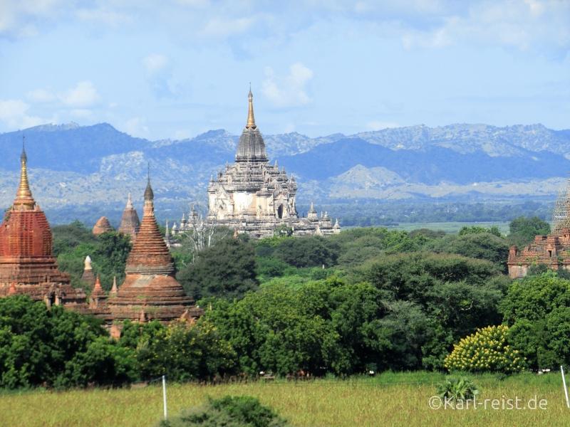 Grüne Landschaft in Bagan mit vielen Tempeln