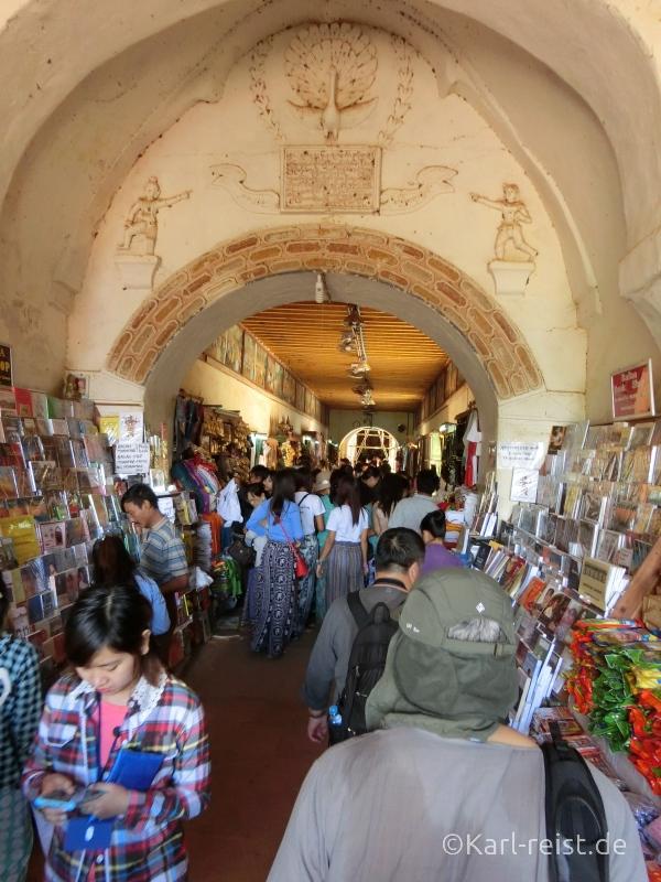 Haupteingang des Ananda Tempels voll mit Händlern