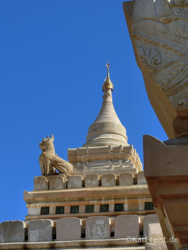 Speitze eines Tempels mit reich geschmücktem Schirm und Windfahne