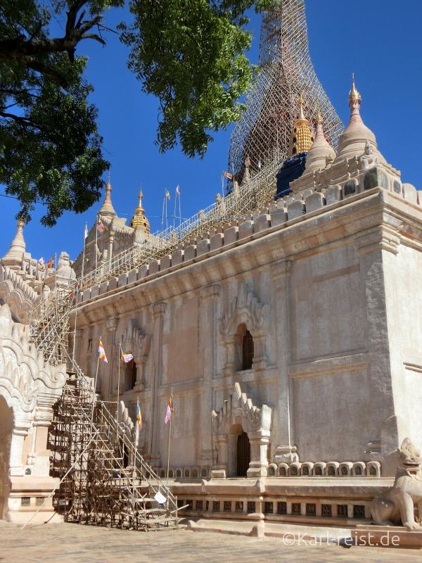 Rückseite des Ananda Tempels mit kunstvollem Baugerüst aus Bambus