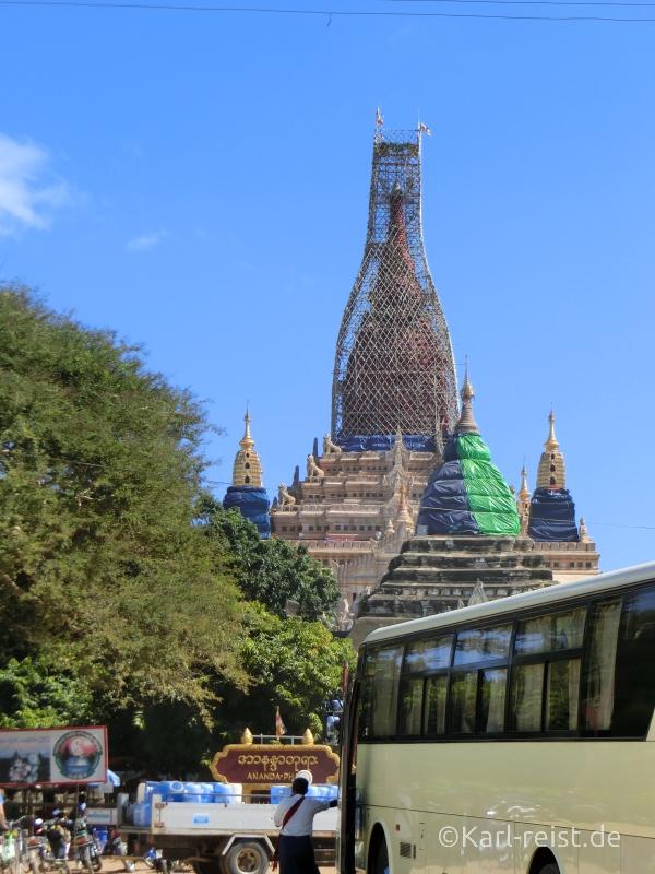 Auf dem Parkplatz des Ananda Tempels