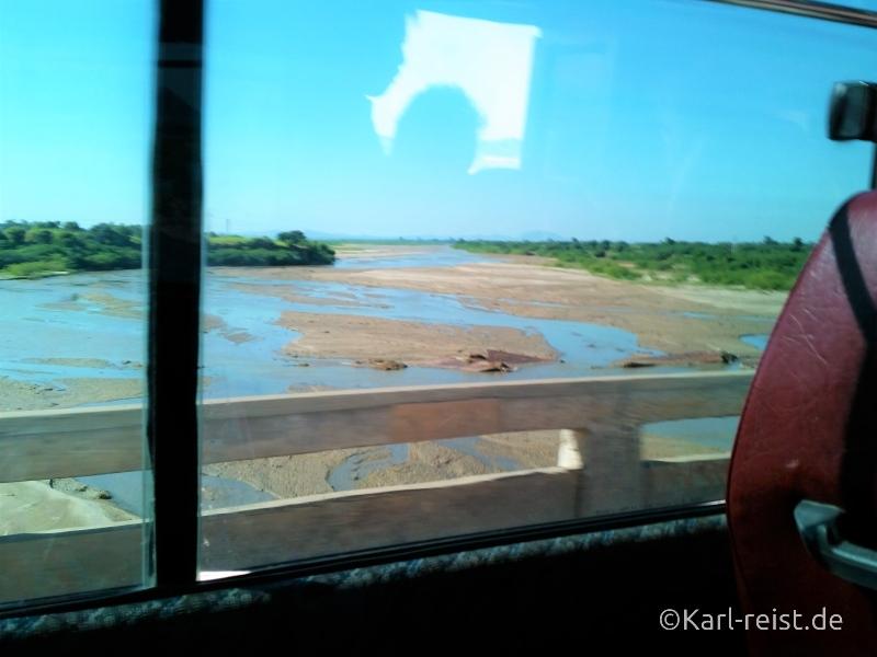 Bus Minibus Reisebus Bagan Mandalay Aussicht unterwegs