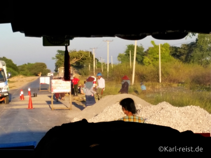 Bus Minibus Reisebus Bagan Mandalay Straßenarbeiter Straßenarbeiten