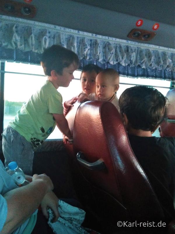 Bus Minibus Reisebus Bagan Mandalay mit Kind Myanmar Kinder