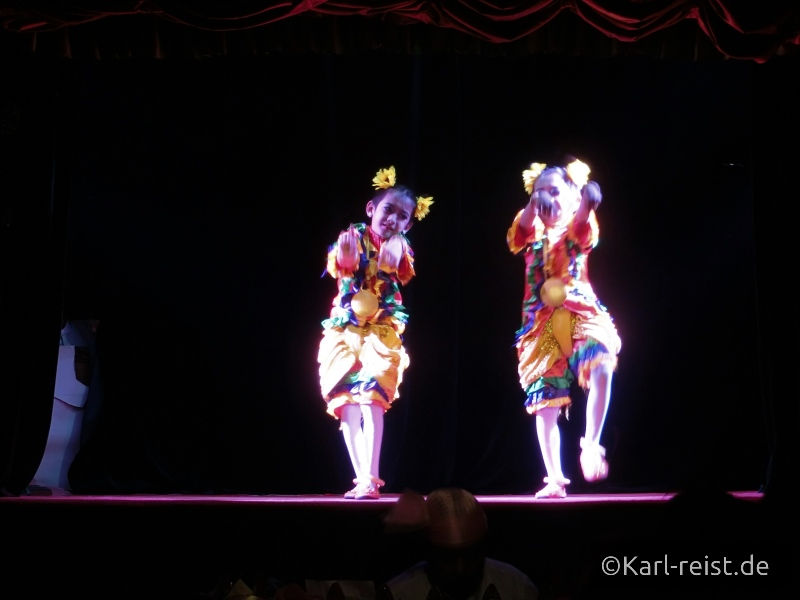 Kinder tanzen Mandalay Marionettes