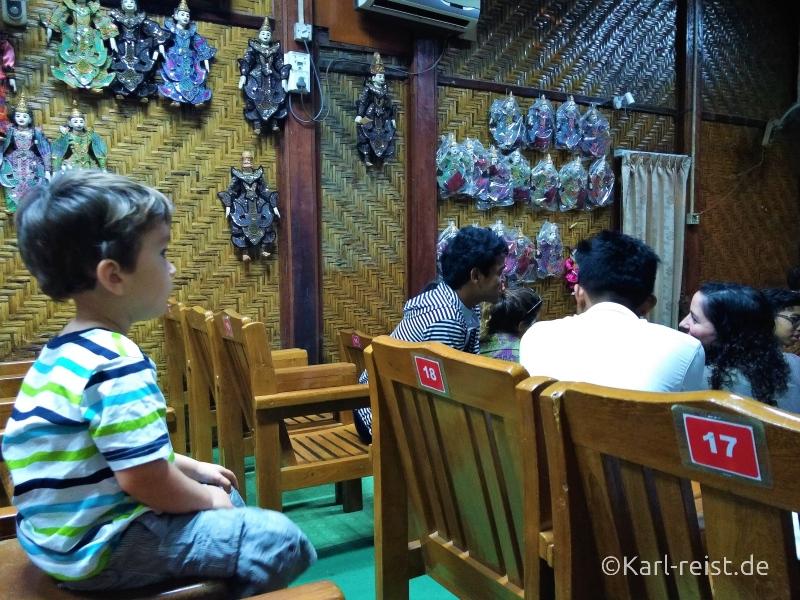 Der Saal bei den Mandalay Marionettes
