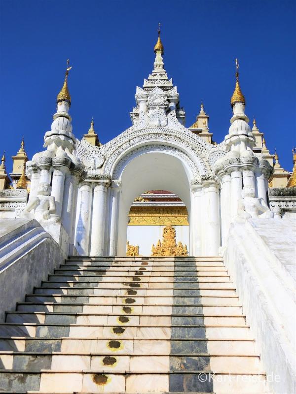 Atumashi Kyaung von außen mit Treppenaufgang
