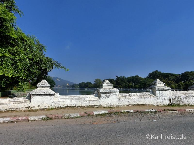 Ausblick von der Brücke zum Mandalay Palace Richtung Mandalay Hill