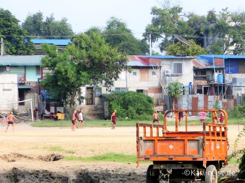 Mönche beim Fußball spielen
