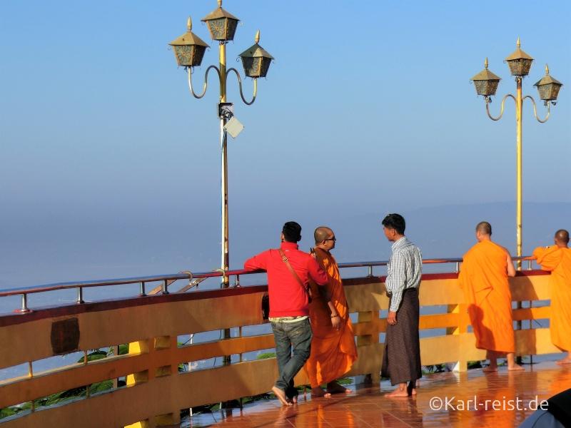 Ausblick vom Mandalay Hill am Morgen mit Mönchen