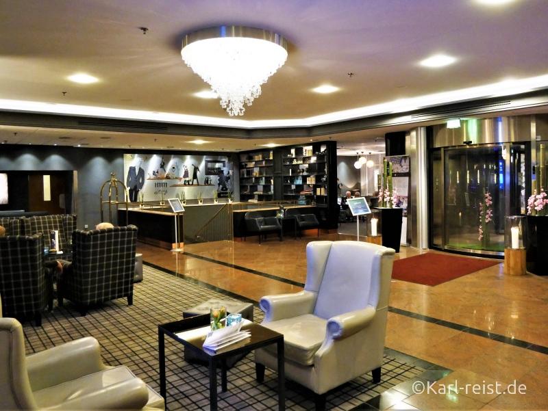 Der Empfangsbereich des Hotels ist offen und hell gestaltet.