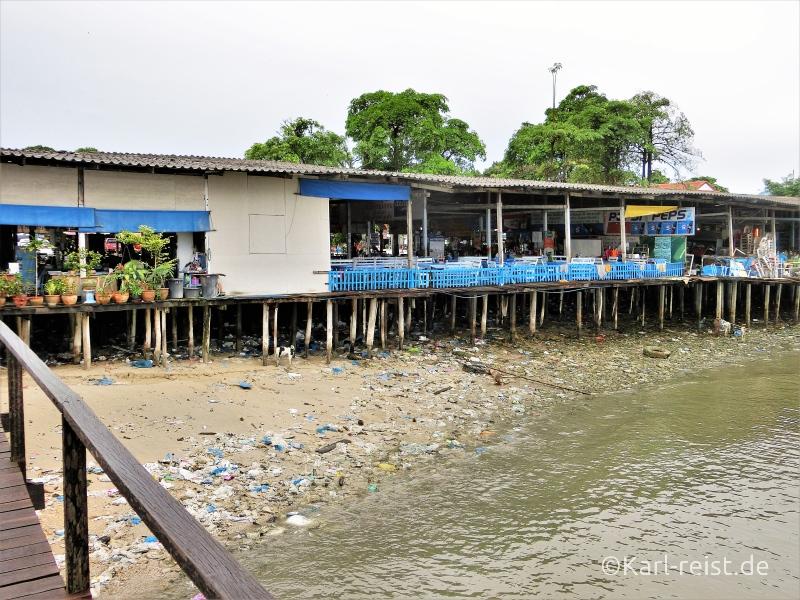 Müll unter Stelzenrestaurant in Ban Phe Rayong