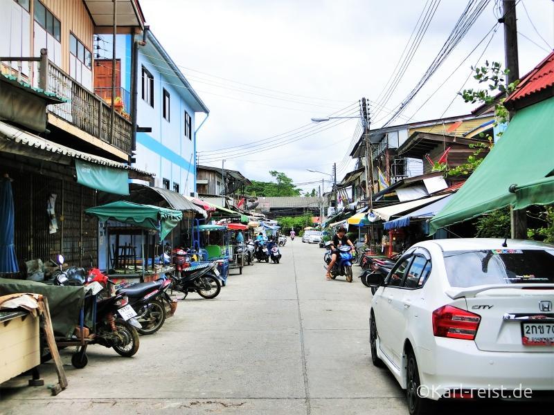Der Weg durch die Altstadt von Ban Phe