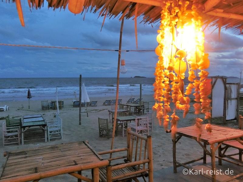 Abendessen im Restaurant am Strand beim Novotel Rim Pae Rayong Hotel Resort Klaeng Ban Phe